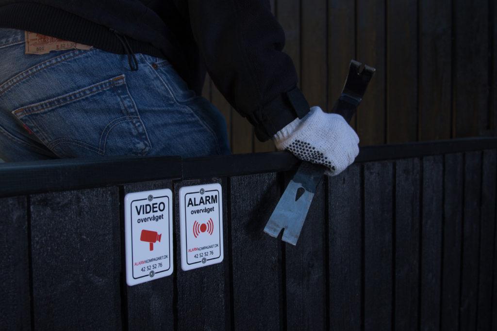 En investering i en husalarm med tilhørende skilte kan holde de fleste tyve væk