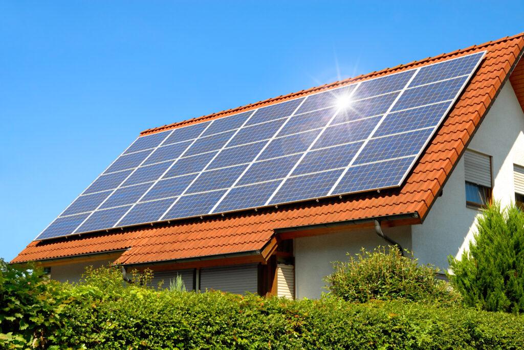 Solcellepaneler monteret på et hus tag